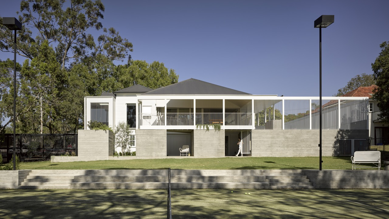 The project is sited on a 2200m² suburban