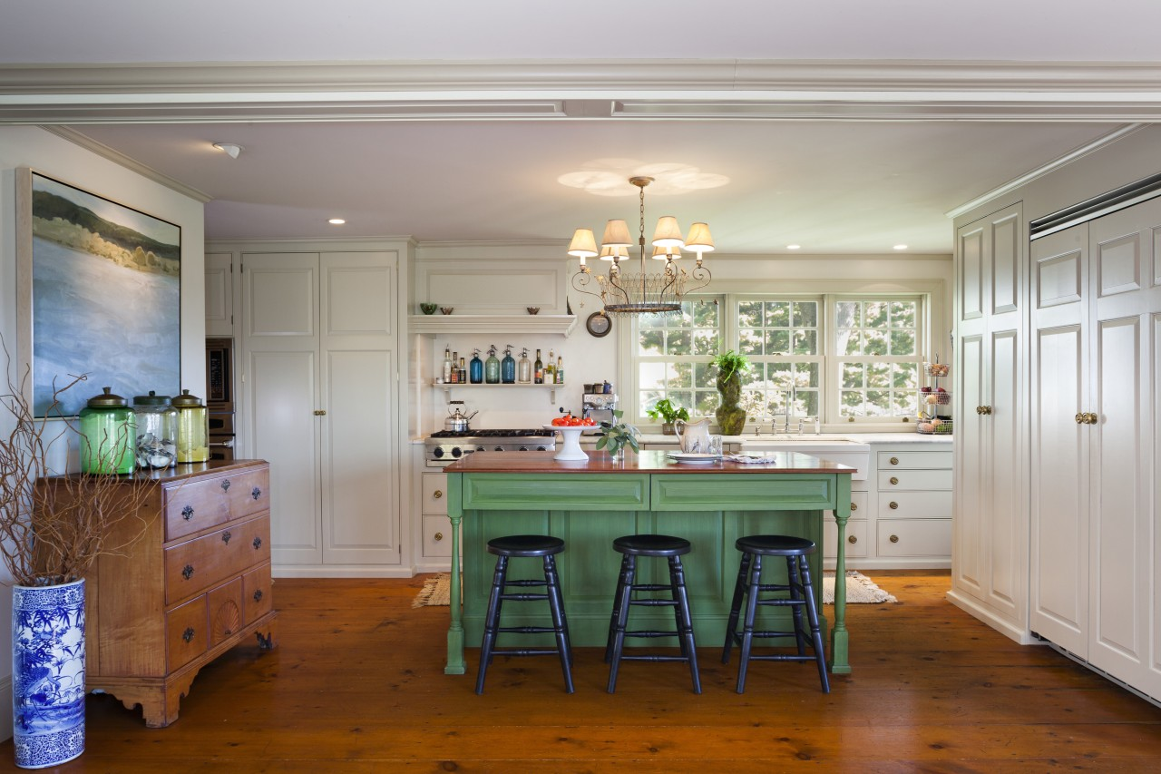 This kitchen blends with its surroundings through architectural cabinetry, countertop, cuisine classique, dining room, floor, home, house, interior design, kitchen, real estate, room, table, gray