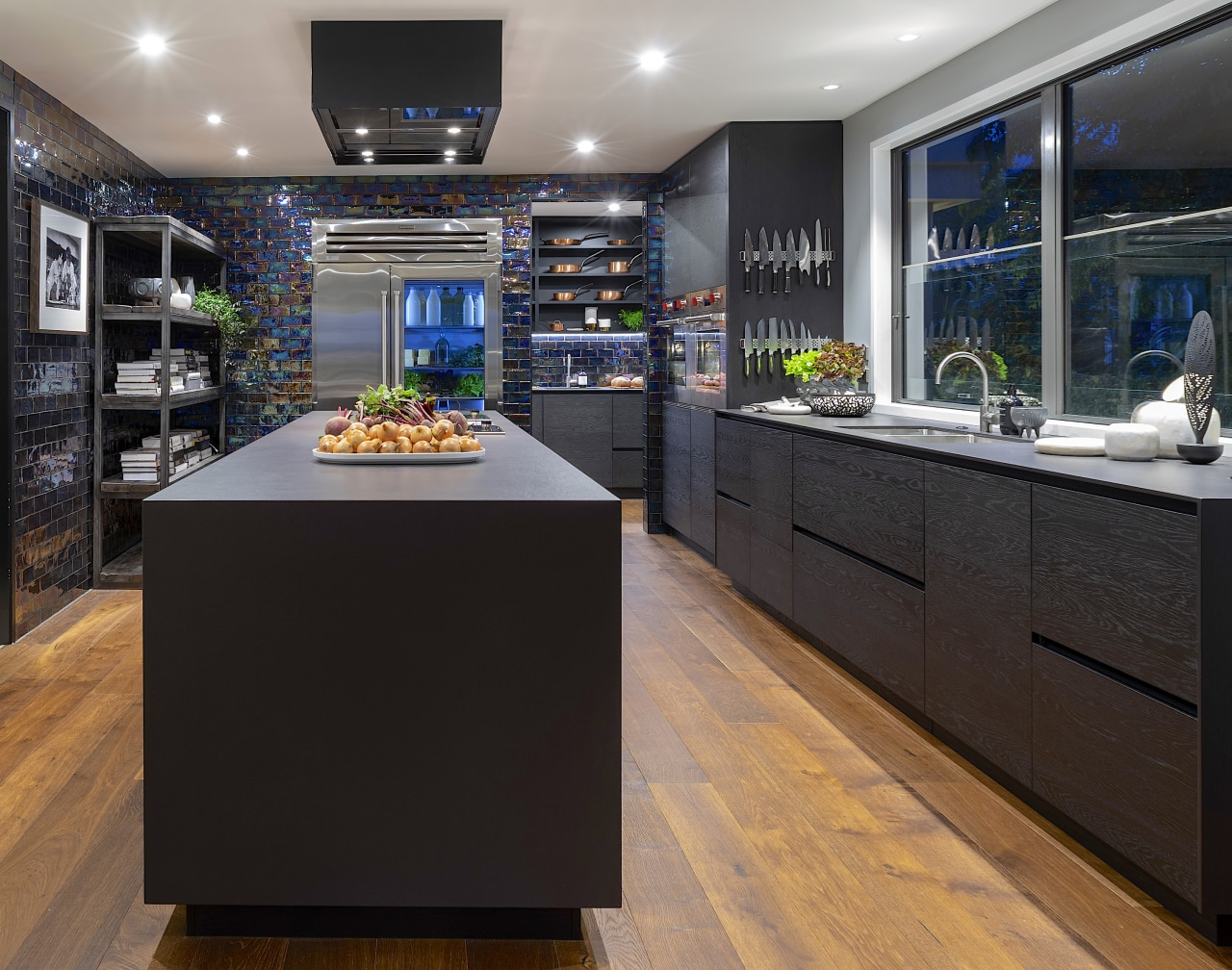 Having the perimeter benchtops sit flush with the black, gray