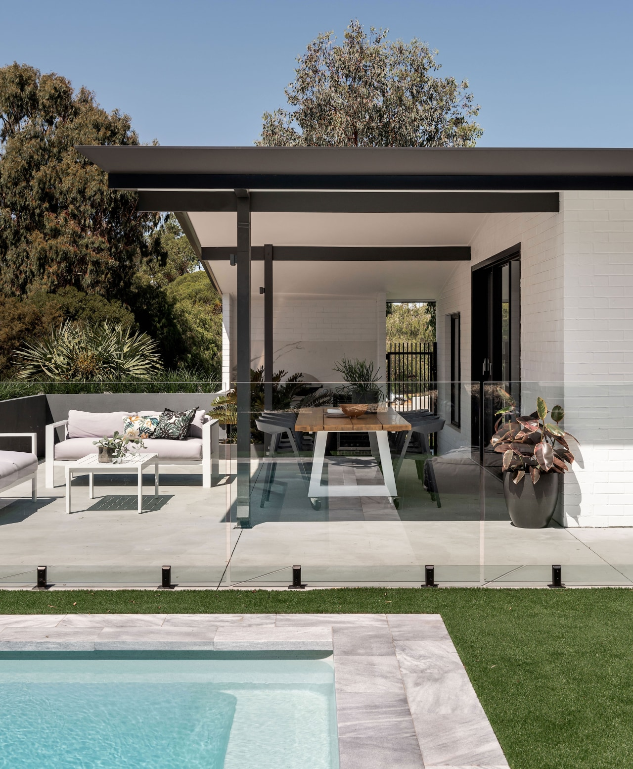 Materials and tones were kept simple, yet striking,