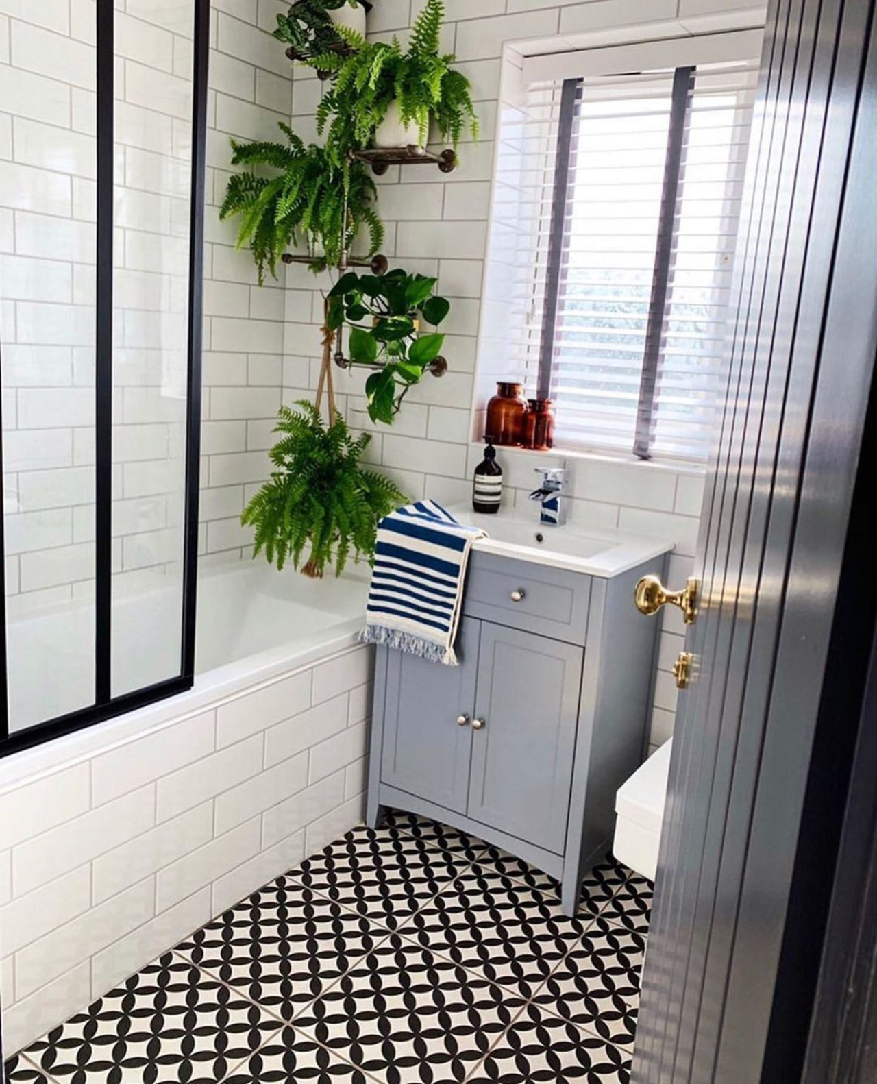 Laying plants in the bathroom is a great