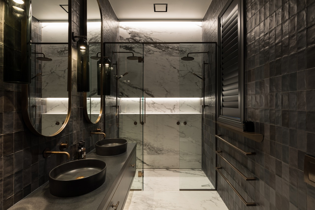 The bathroom explores contrasts – the small hand-made