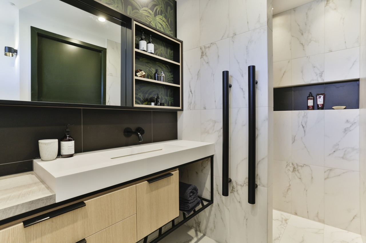 ​​​​​​​This walk-in-and-turn shower provides the degree of privacy gray