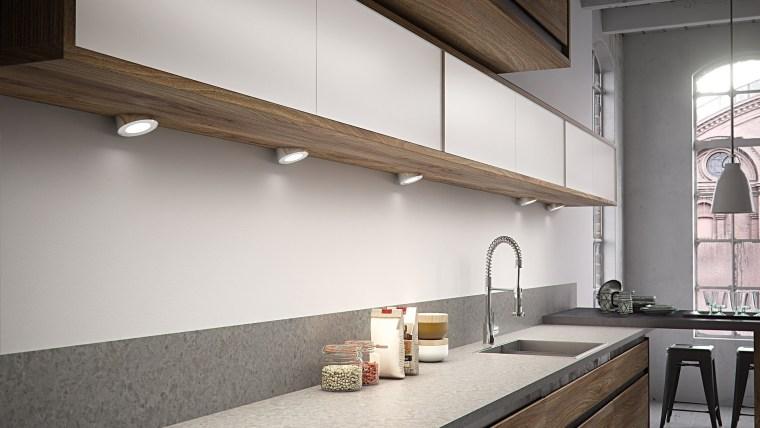 采光方面,这个时尚,现代的厨房在充分使用自然光线的同时,还搭配使用了射灯和吊灯。 architecture, ceiling, countertop, daylighting, interior design, kitchen, white, gray