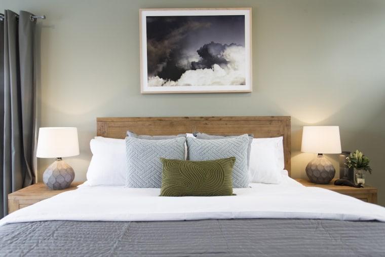 从原始地球中寻找色彩灵感是2018年的流行趋势,图中的卧室风格即采用了这种色彩基调。 bed, bed frame, bedroom, furniture, home, interior design, mattress, room, suite, wall, gray, white