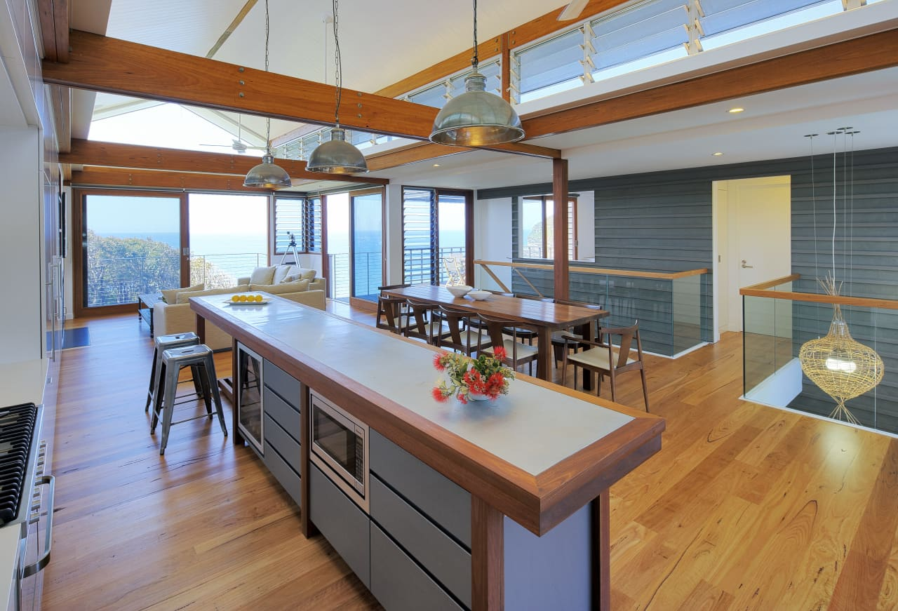 A Modern Kitchen With An Island Bench In An Trends