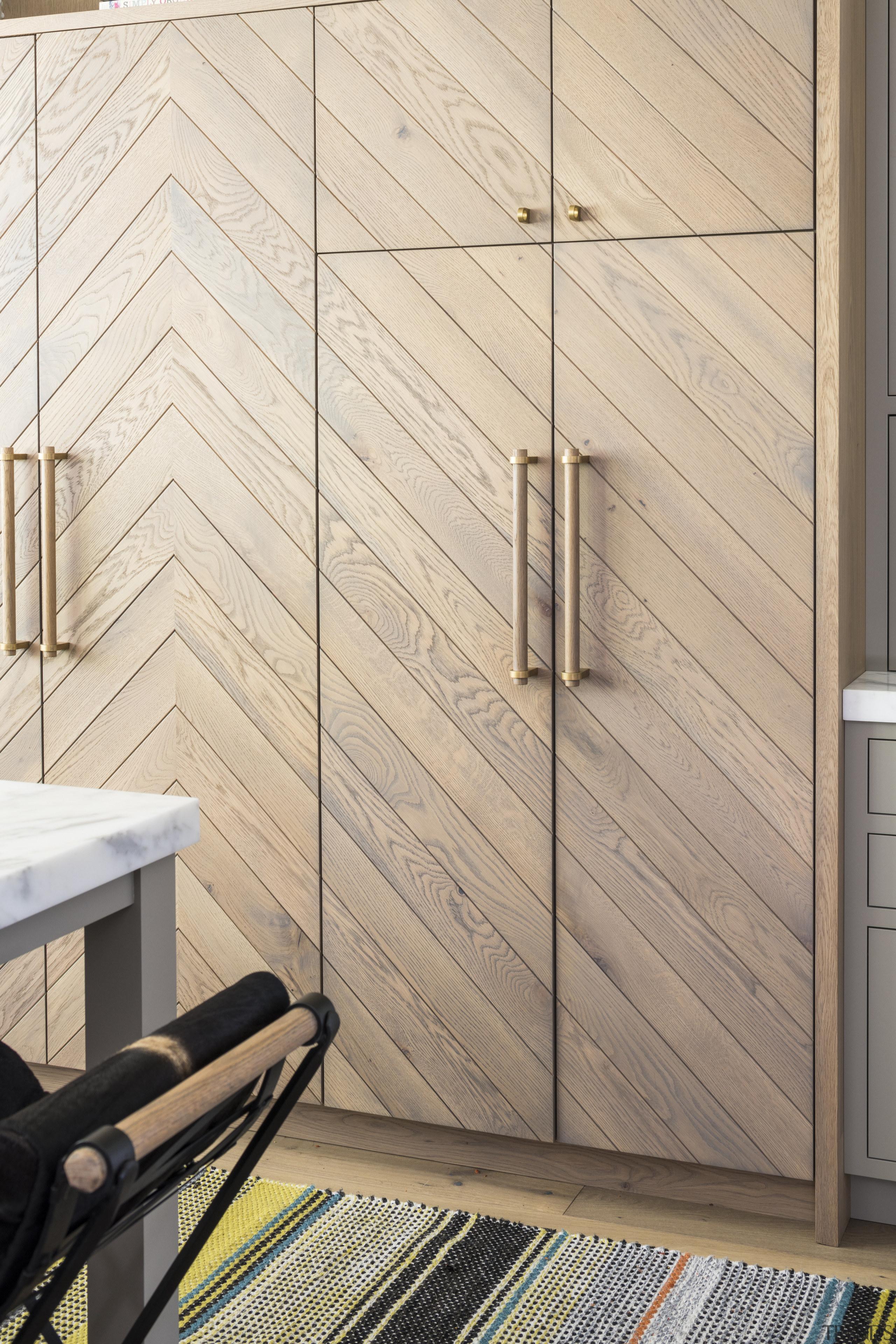 Oak and brass – aged-look brass handles complement