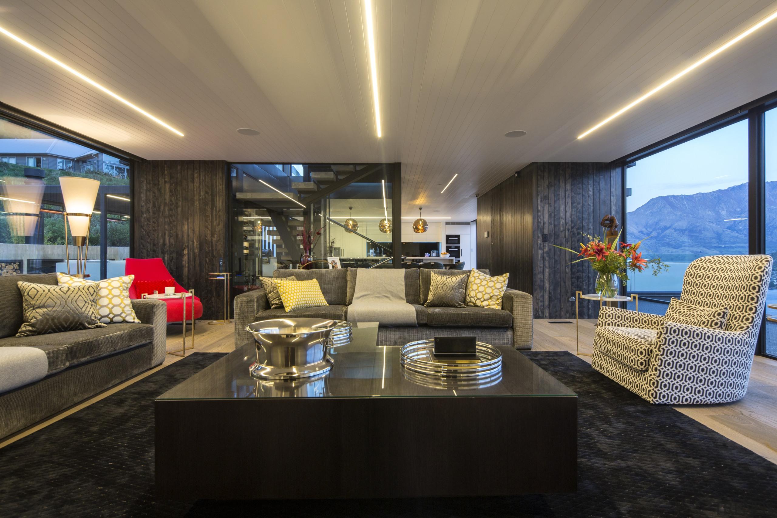 大气、现代的客厅设计,屋顶的线性灯光是亮点。 apartment, architecture, house, interior design, living room, penthouse apartment, real estate, black