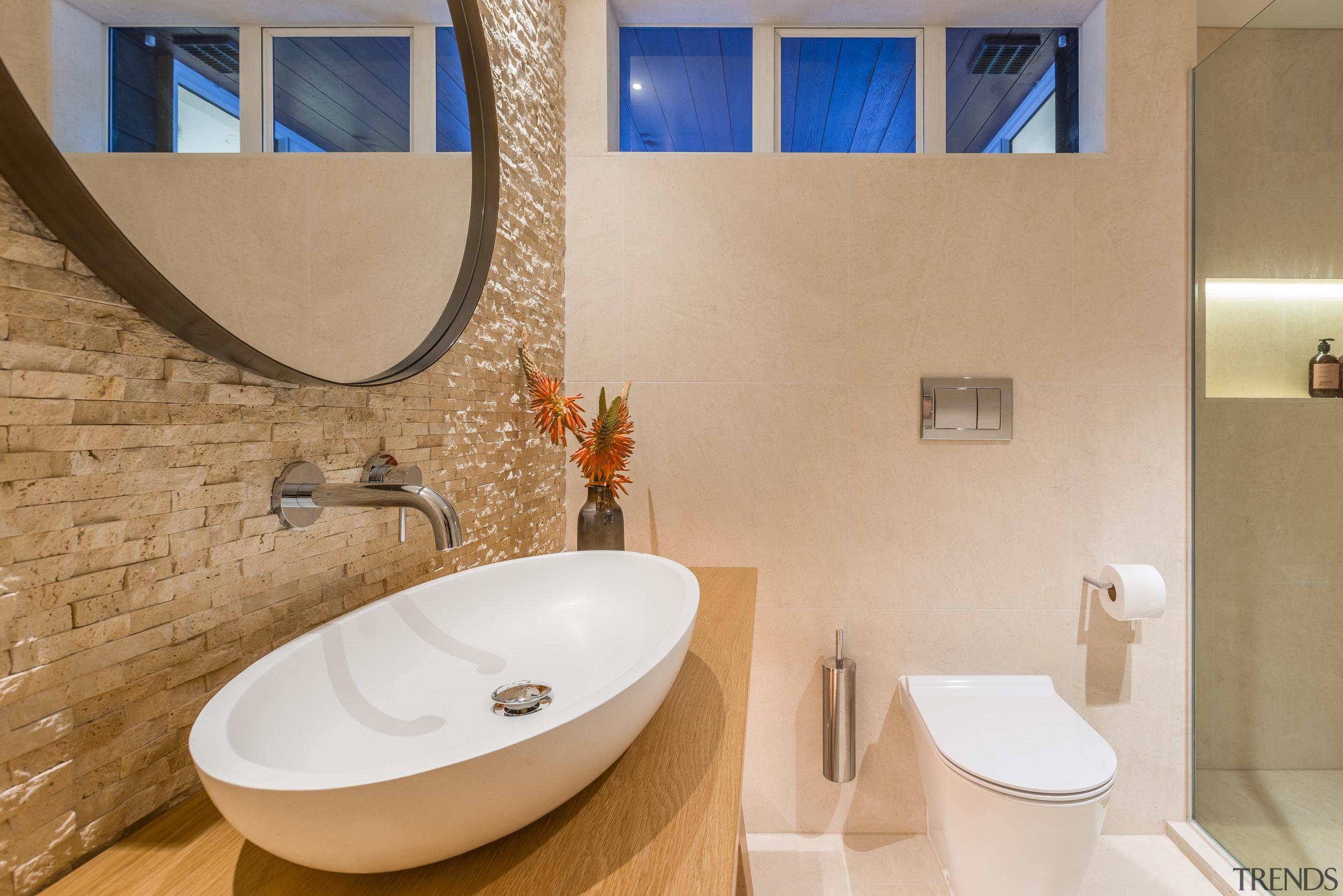 自然采光的不足通过人造光源来弥补,暖色的灯光,对氛围起到了很好的烘托作用。 bathroom, ceramic, floor, interior design, plumbing fixture, property, room, sink, tap, tile, toilet seat, orange, gray, brown