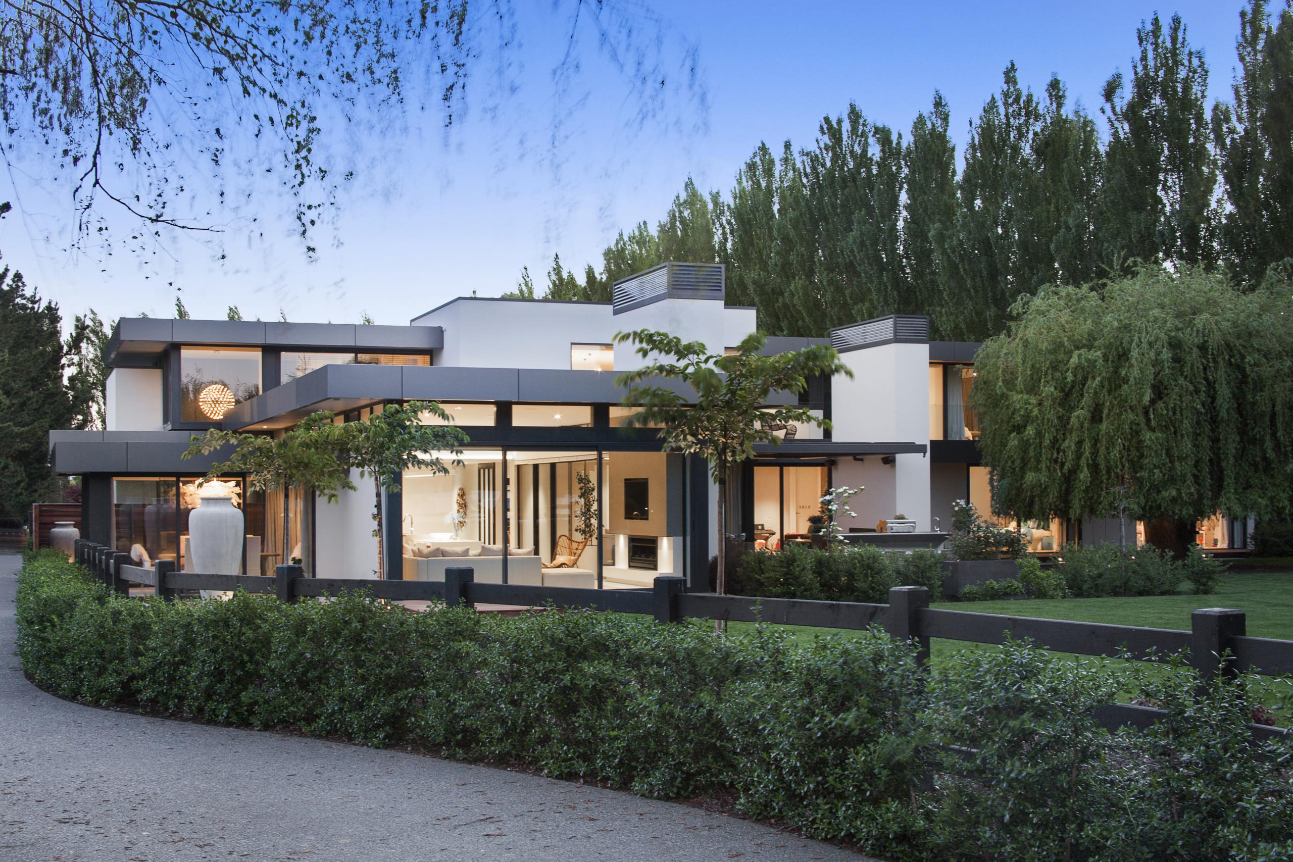 建造前,屋主并不想破坏周围的绿植,于是在设计上这栋别墅是依这些树木而建的。 architecture, cottage, elevation, estate, facade, home, house, mixed use, property, real estate, residential area, villa, black