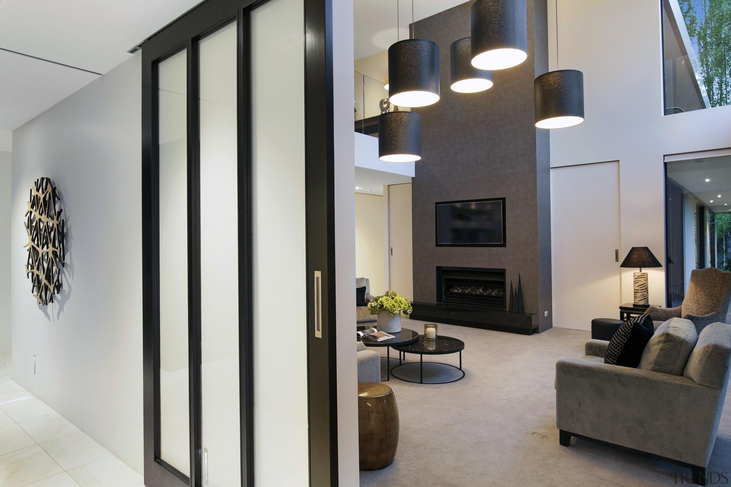 客厅采用了多光源照明,无论是吊灯还是台灯,设计上都颇具现代感。 floor, interior design, living room, gray, black