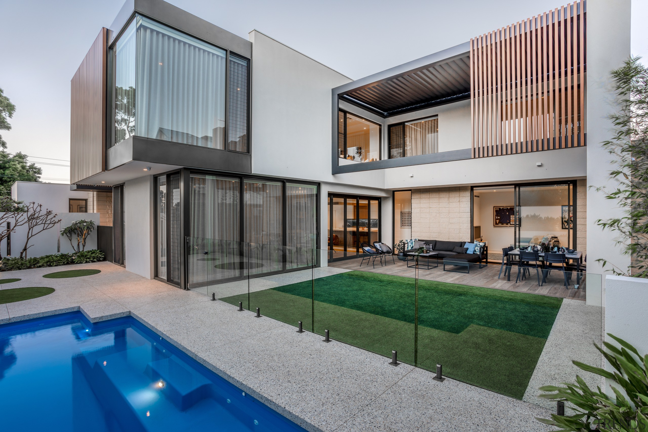 The strategic placement of aluminium wood-look battens on apartment, architecture, backyard, building, condominium, courtyard, estate, facade, home, house, interior design, property, real estate, residential area, roof, room, swimming pool, villa, gray