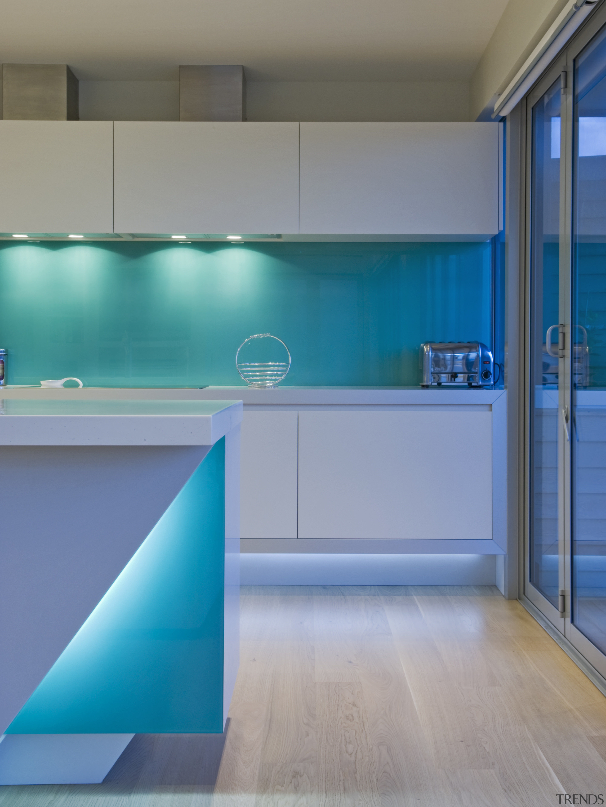 This sleek kitchen in a beach house    - Gallery - 3 | Trends