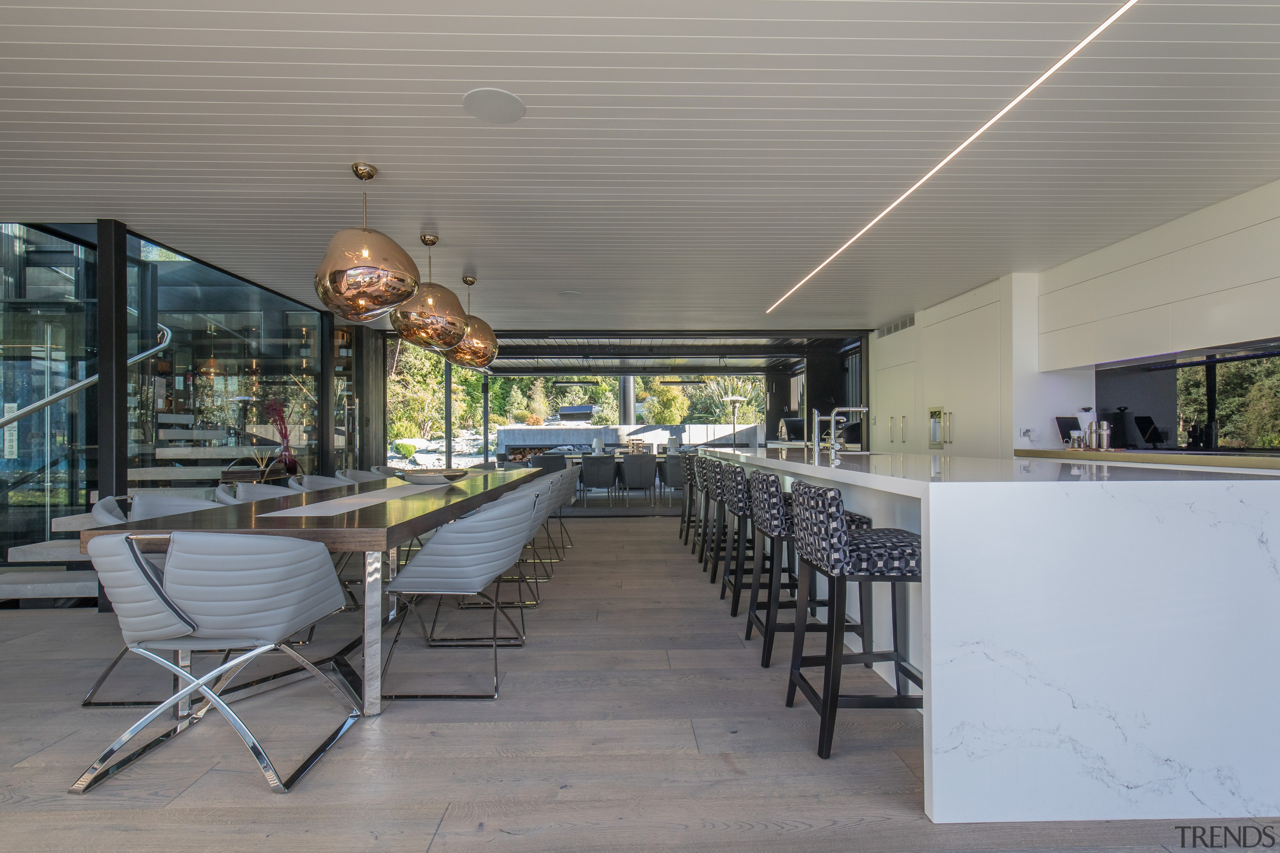 Panoramic mountain views at the front of this architecture, house, interior design, Gary Todd architecture, kitchen, dining