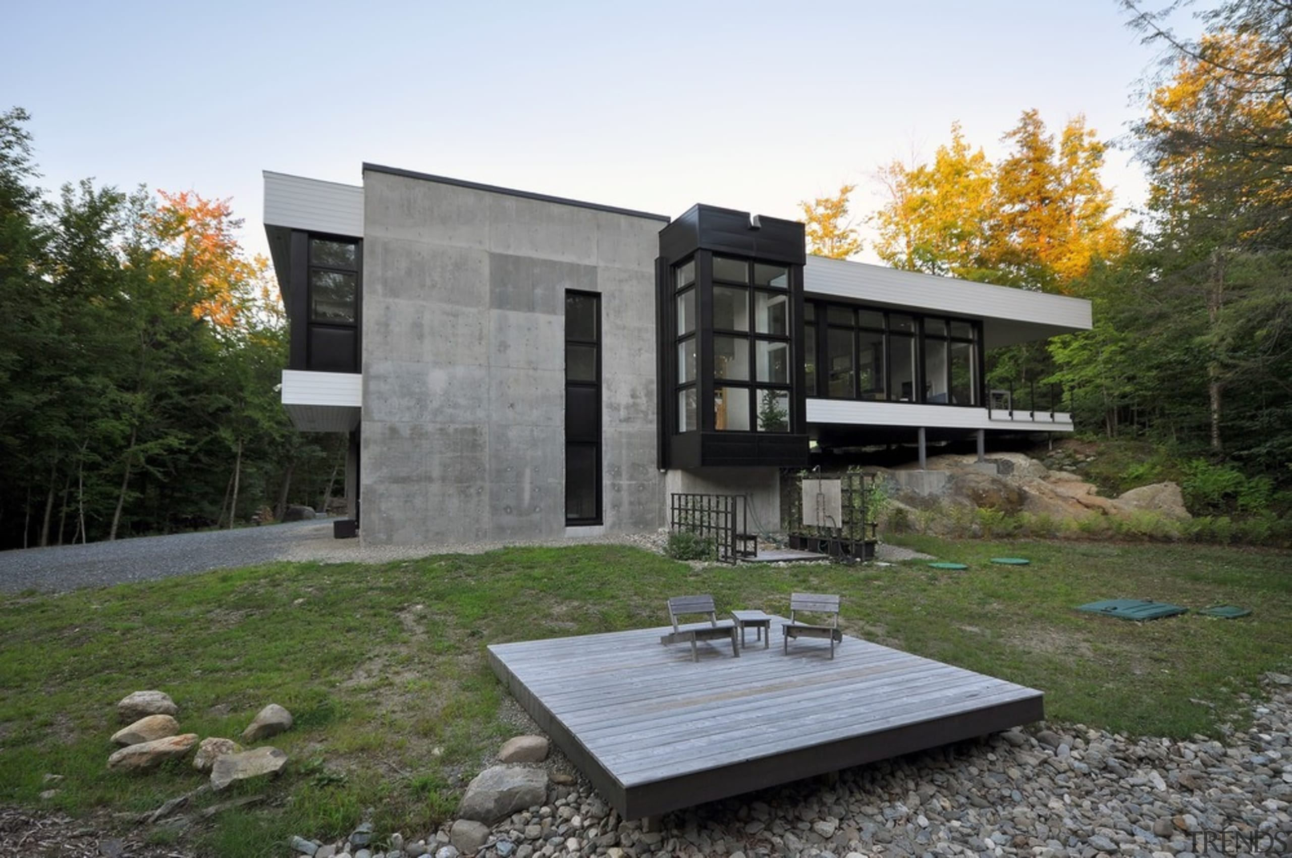 Two massive concrete planes bring stability to the architecture, cottage, facade, home, house, real estate, white, brown