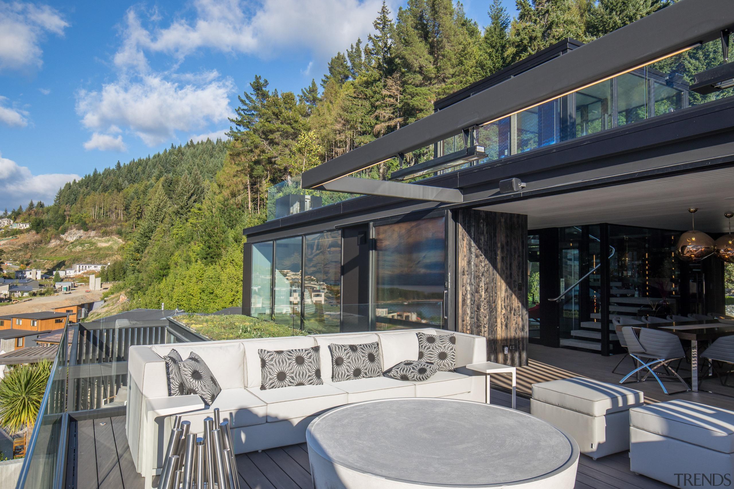露台延伸至户外,是一片完美的户外休闲区。 architecture, estate, home, house, outdoor structure, property, real estate, roof, gray, black