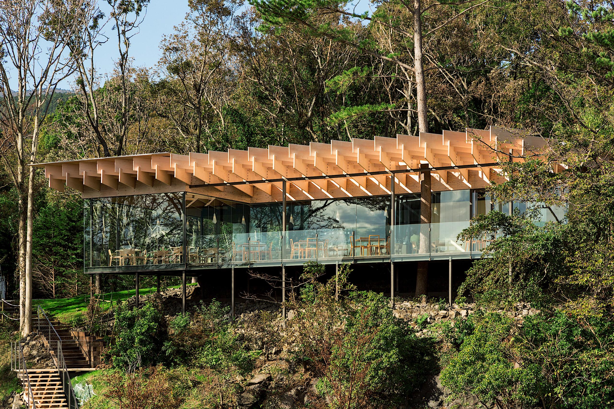 The kakezukuri construction method uses supports to float black, brown