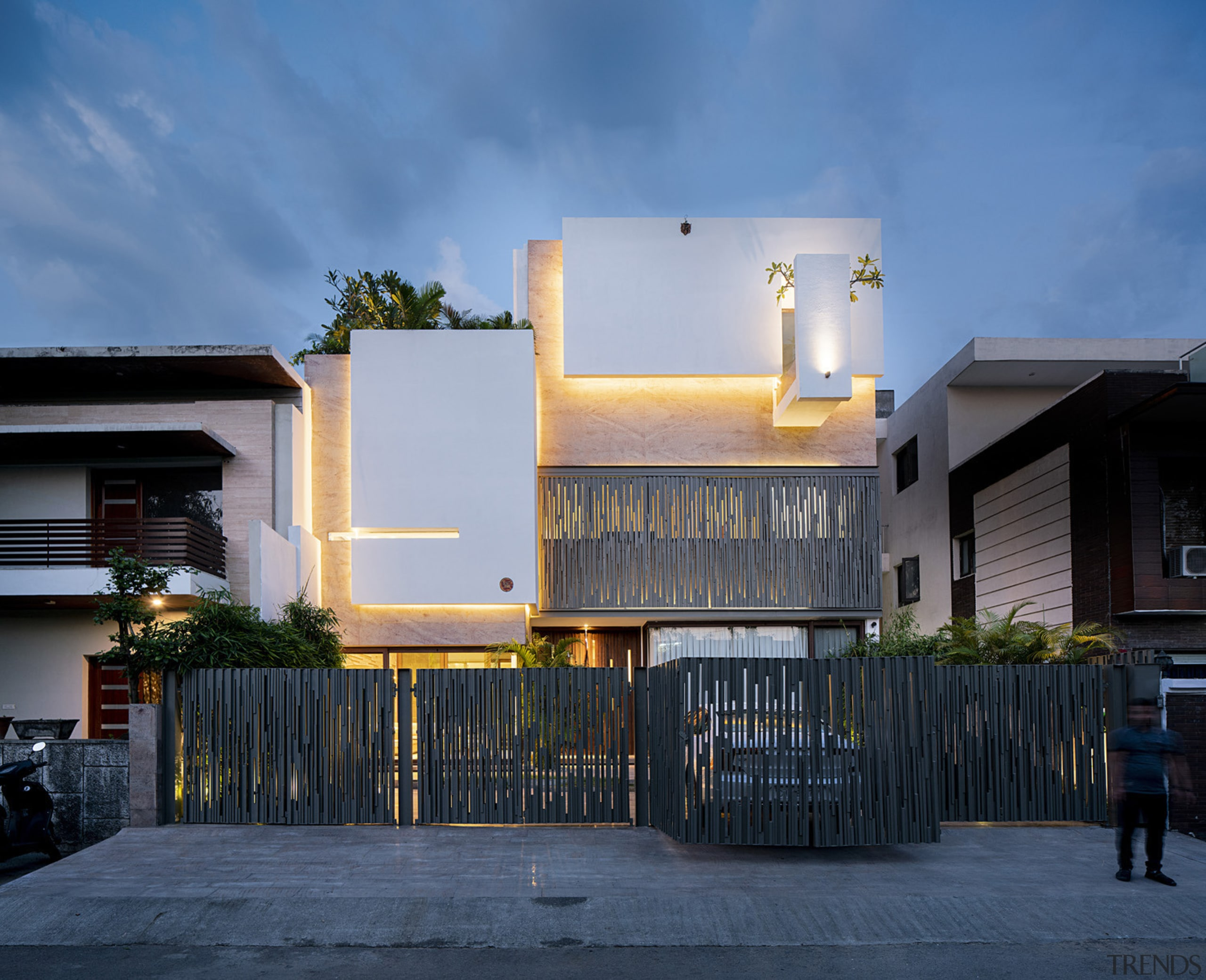 At night, thanks to strategic lighting, the architectural
