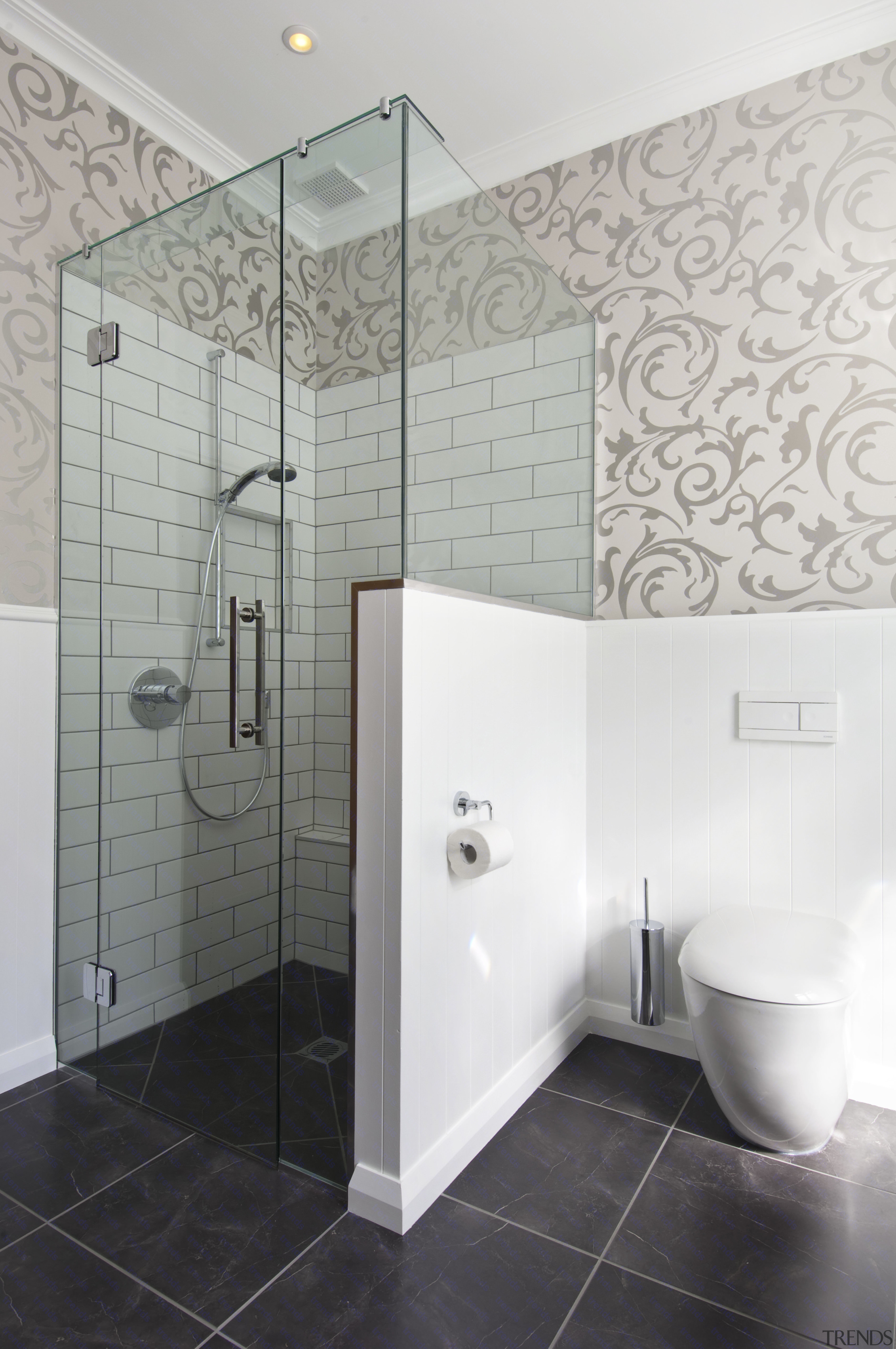 Trends] | View of bathroom in a 1930s bungalow designed by Debra ...
