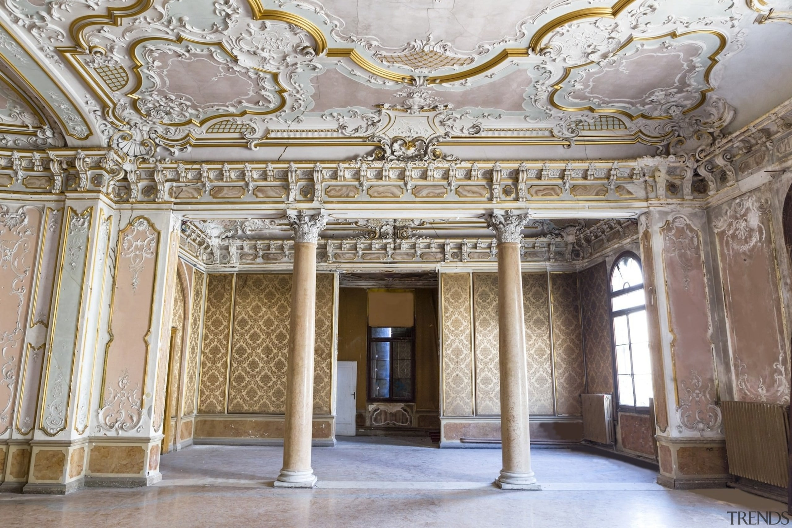 There are original gilded ceilings decorated with stuccoes ceiling, classical architecture, column, interior design, palace, structure, tourist attraction, gray