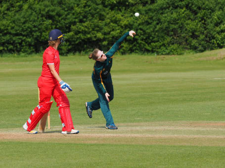 Notts Women bowling