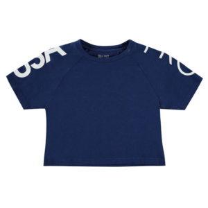 Ořezané tričko mladé dívky