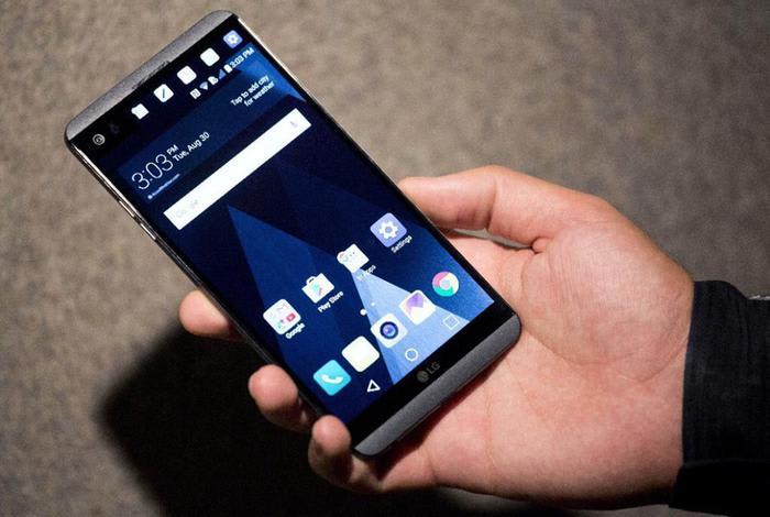 LG: addio ai telefoni punta su auto elettriche e smart home