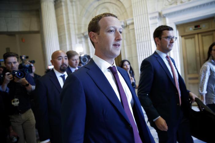 Zuckerberg, Bannon non sospeso perché non violato regole