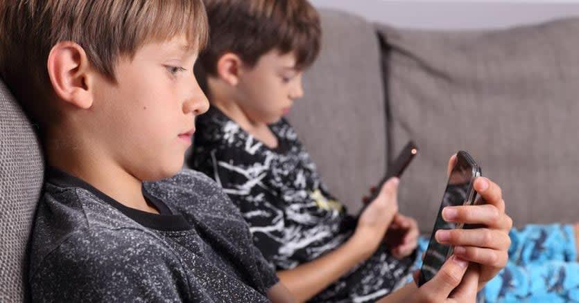 Cellulari vietati a scuola e fino ai 3 anni, uso