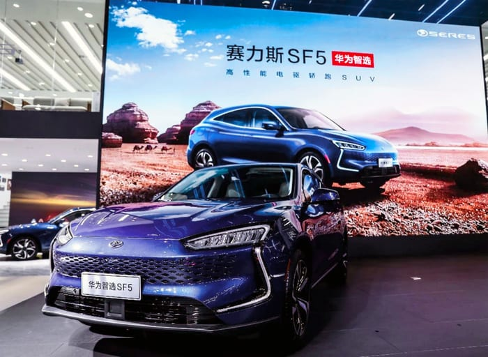 Huawei avvia vendita auto elettriche nei flagship store Cina