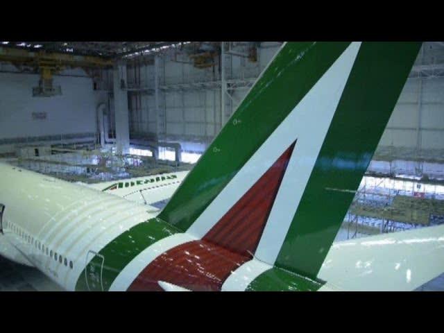 """Alitalia, la nuova livrea sull' """"ammiraglia"""" Boeing 777"""