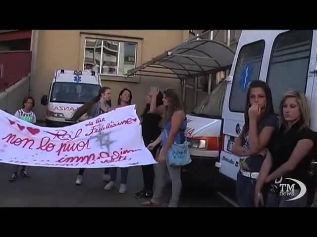 Napoli, veglia fan del cantante Raffaello davanti al Loreto Mare