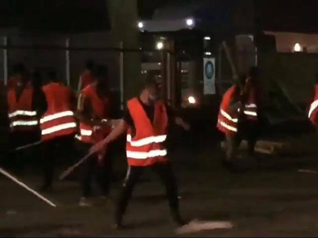 Presidio di lavoratori licenziati davanti a una ditta di logistica:
