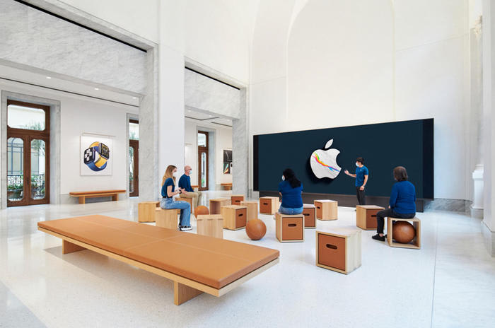 Apre Apple Store in centro a Roma, marmi e restauro affreschi
