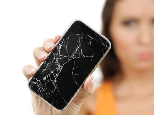Porta l'iPhone a riparare, i tecnici postano online le sue