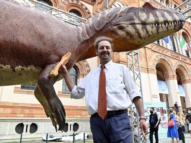 Un dinosauro ai Giardini Montanelli: davanti al Museo di storia
