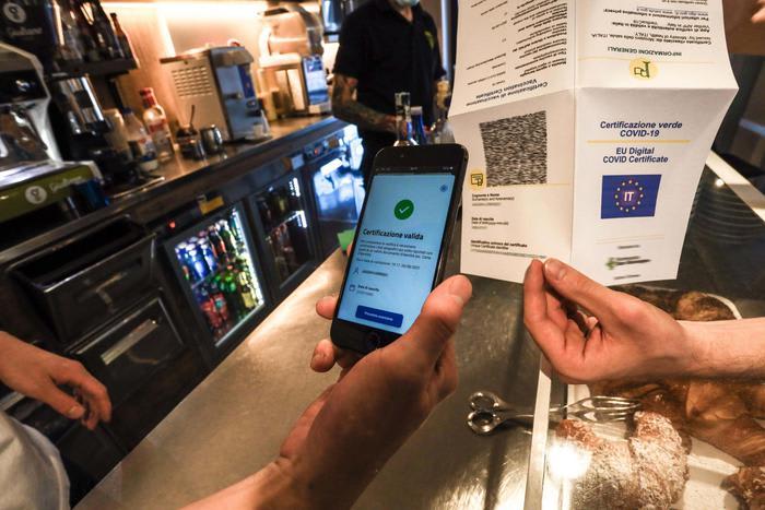Vendita falsi Green pass online, blitz della Polizia