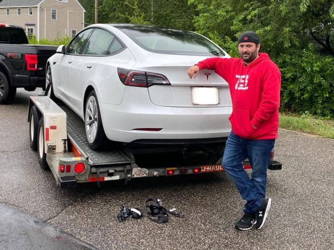 Ripara la sua Tesla con 700 dollari: l'assistenza ufficiale gliene
