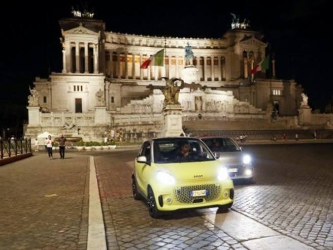 Nuova smart EQ, l'iconica city car (solo) elettrica riconquista Roma