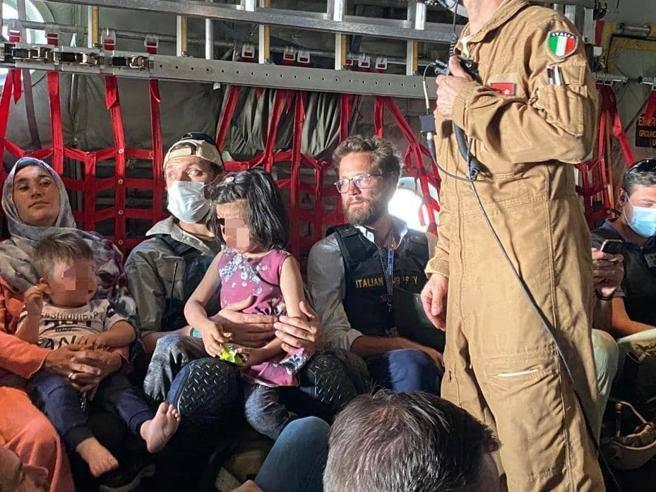 Kabul, partito l'ultimo volo per Roma