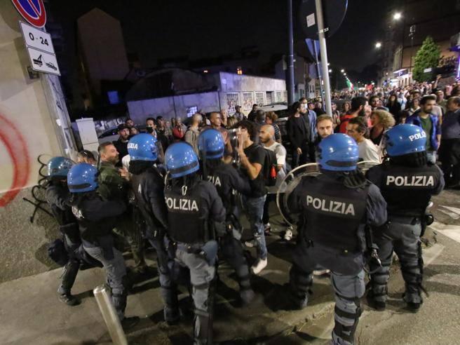 «No vax» a Milano: corteo e scontri, cinque attivisti arrestati