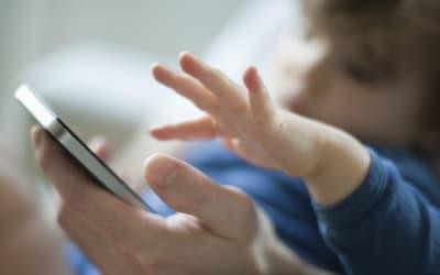 L'abuso dei cellulari scatena liti con i figli per un terzo dei genitori