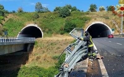 Dramma in autostrada, tir sfonda guardrail e precipita da viadotto: due morti