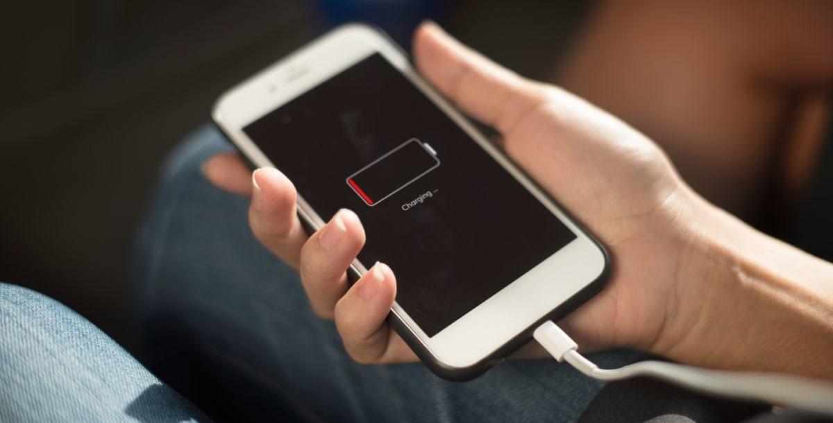 שקעי חשמל במטוס והטענת פלאפון או מחשב נייד בטיסה