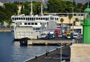רכבים ממתינים לעלות על סיפון המעבורת להפלגה בספליט, קרואטיה