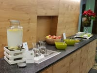 איזור המנוחה בספא של מלון הספא בטירול: פירות יבשים, תה ומיץ