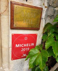 שלט כוכב המישלן בכניסה למסעדה באנגליה