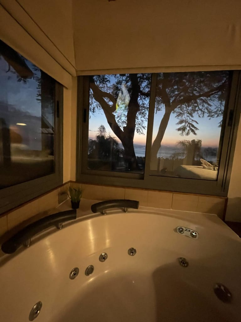 ג'קוזי עם נוף לשקיעה במלון הנפש רמות