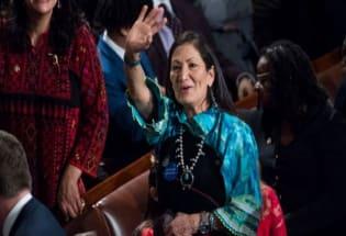 美国首位原住民内政部长哈兰德如何撼动政坛