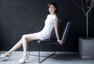 佟丽娅刺绣白裙气质清雅 一头微卷短发精致时髦